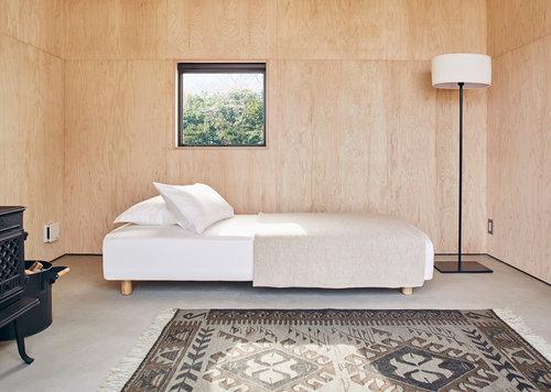 Un intérieur design aux murs recouverts de bois de cyprès