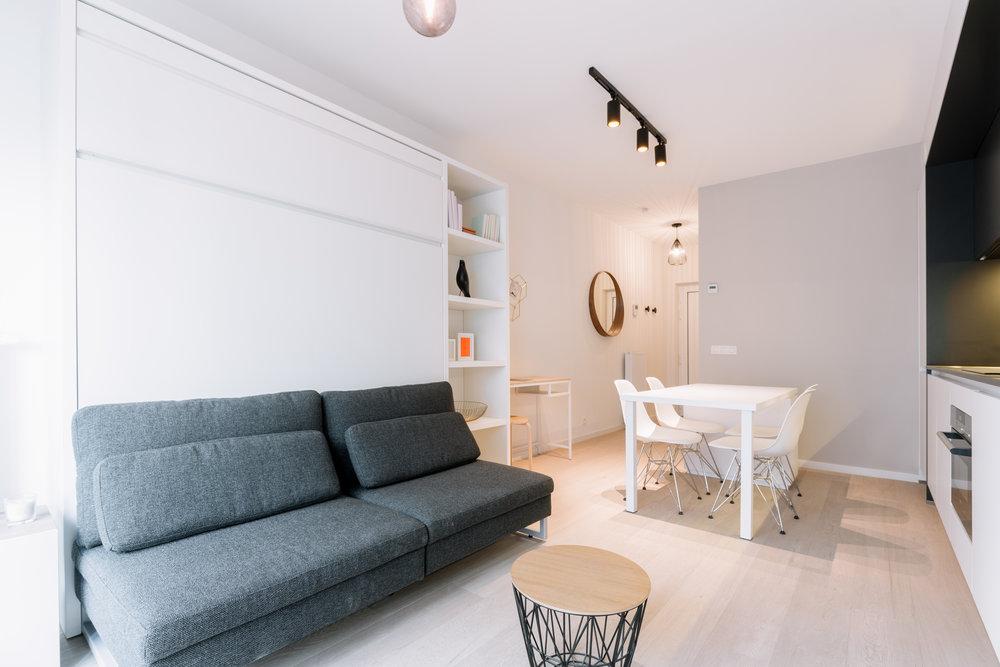 Studio du projet canal district à Bruxelles. L'armoire bascule en un lit pour un gain de place considérable dans cet espace de 32m carré.