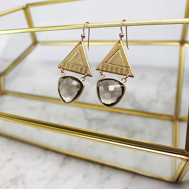 I am absolutely in love with how these earrings catch the light! ✨ What do you think? ✨💫✨ Find these #handengraved beauties on our website now - link in bio