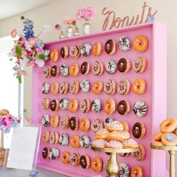 This doughnut wall is everything 😍⎜📷: @mariannetaylorphotography #weddinginspo #weddinginspiration #yummy #desserts #weddingfood #weddingreception #weddingphotogrpahy