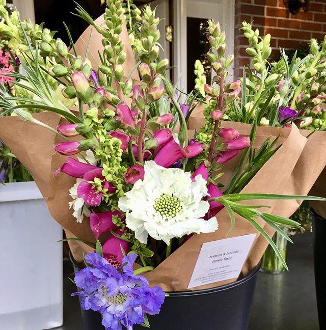 Fresh delivery of bouquets @huriyali ! Go grab a bundle of local blooms! #springflowers #localblooms #locallygrown #flowerfarmer #slowflowers #americangrown #lowcountryflowergrowers #charleston #southcarolina #brownsandhounds