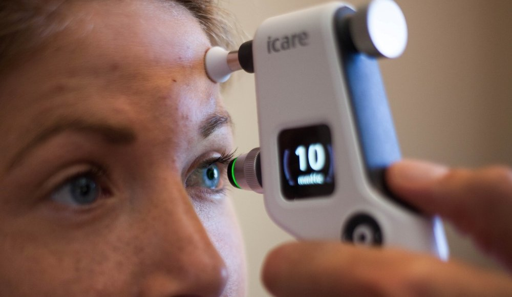 Measuring the pressure within the eye with cutting edge diagnostic equipment.