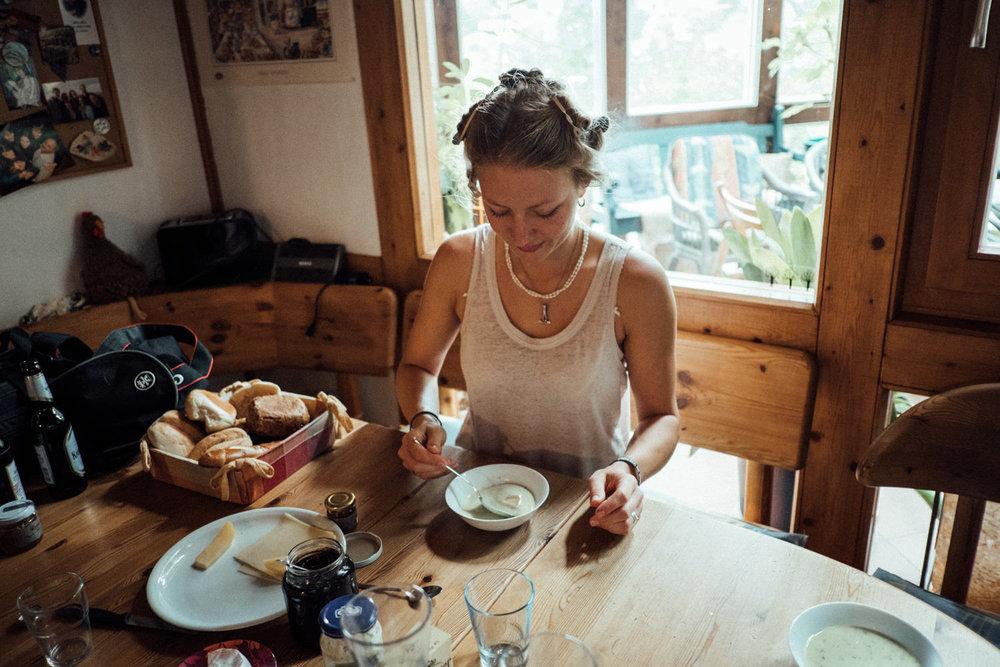 Braut beim entspannten Frühstück vor dem Hochzeitstrubel