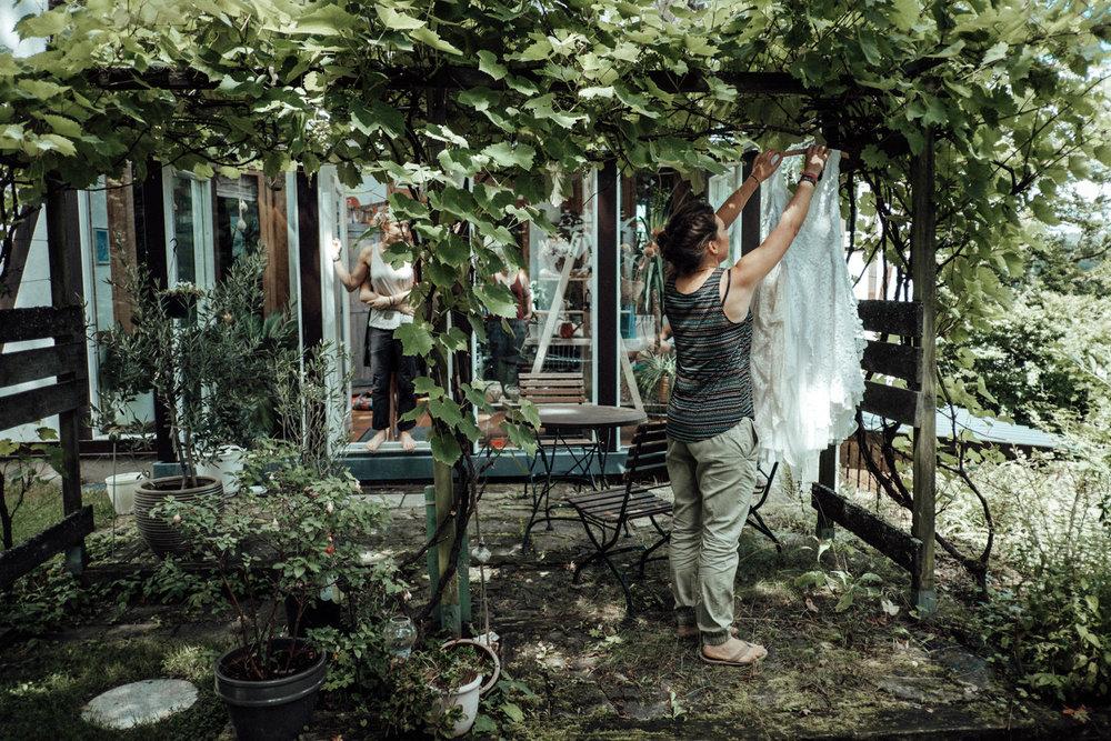 Aufnahmen des Brautkleides im schönen Garten des Brautpaares