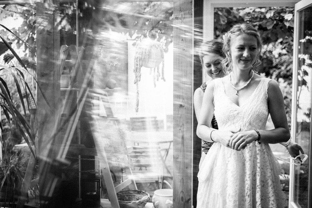 Braut trägt ein wunderschönes selbstgemachtes Brautkleid