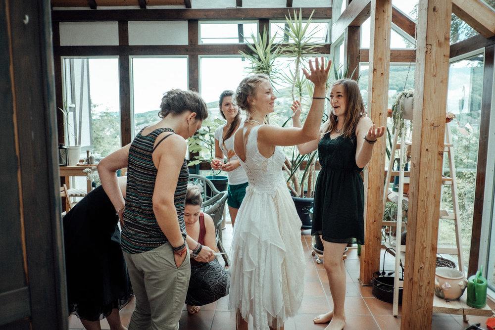 Braut mit ihren engsten Freundinnen beim Getting-Ready