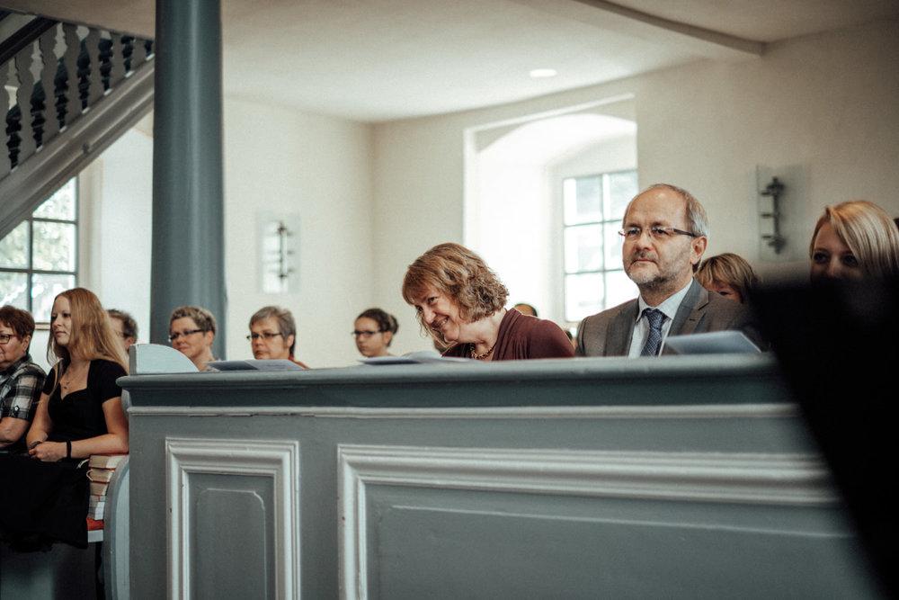 Hochzeitsgäste in evangelischer Kirche Burbach