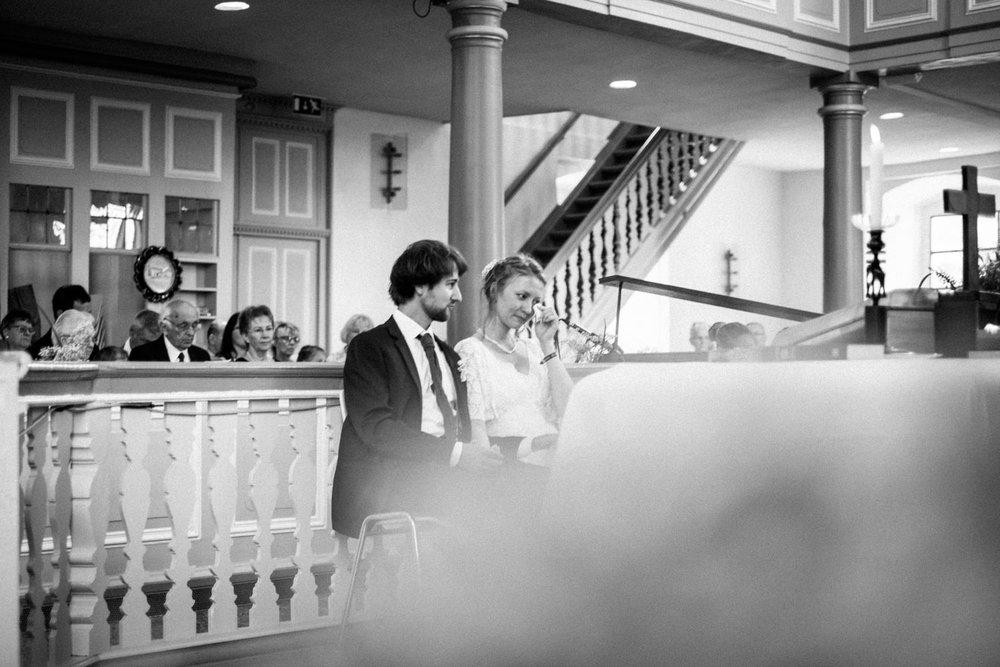 Brautpaar ist gerührt während ökumenischer Zeremonie