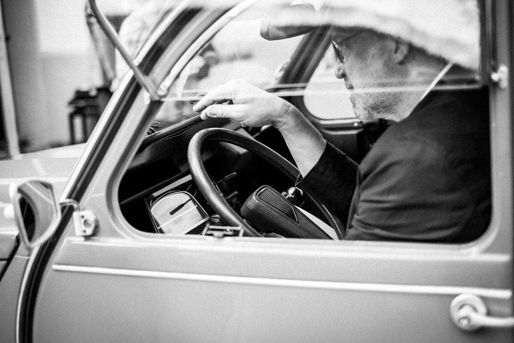 Chauffeur fährt Ente als Hochzeitsauto in Burbach