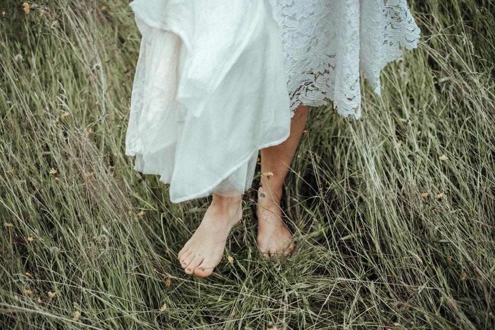 Braut bei Vintage-Sommerhochzeit Barfuß im Gras