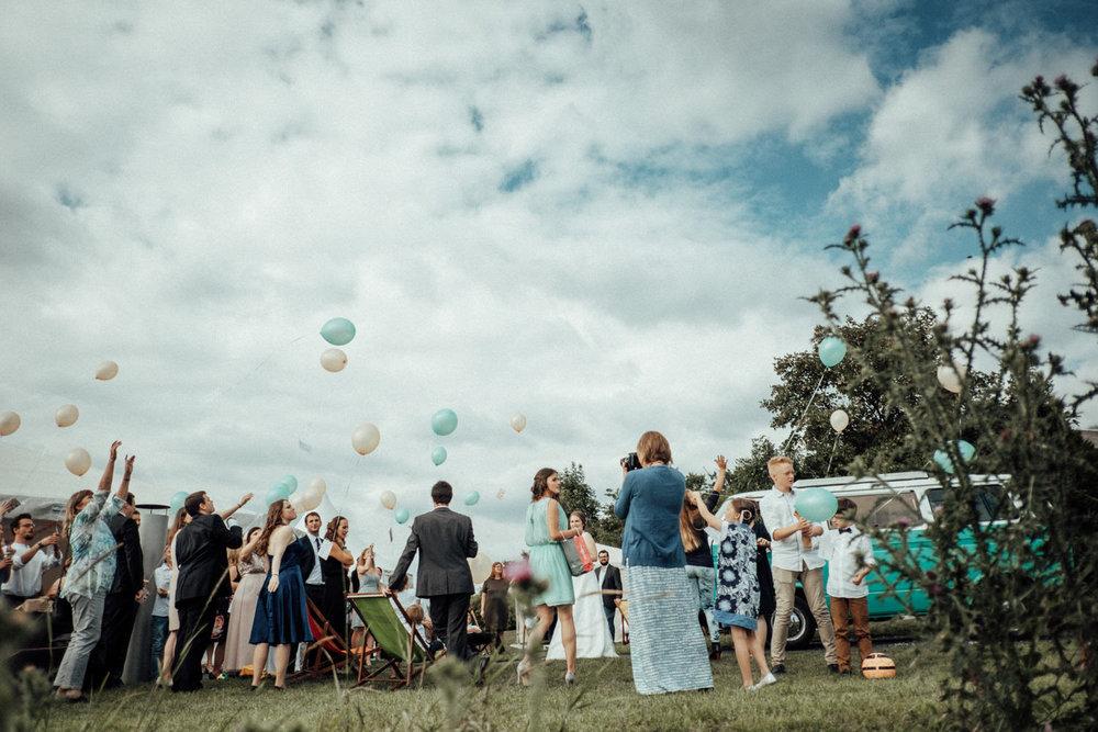 Zelthochzeit-Inspiration-Hochzeitsreportage-natürlich-Hessenhof-Coburg-Oberfranken-Aachen-Hochzeitsfotograf-Kevin Biberbach-KEVIN Fotografie-Junebug-Hochzeitswahn-108.jpg