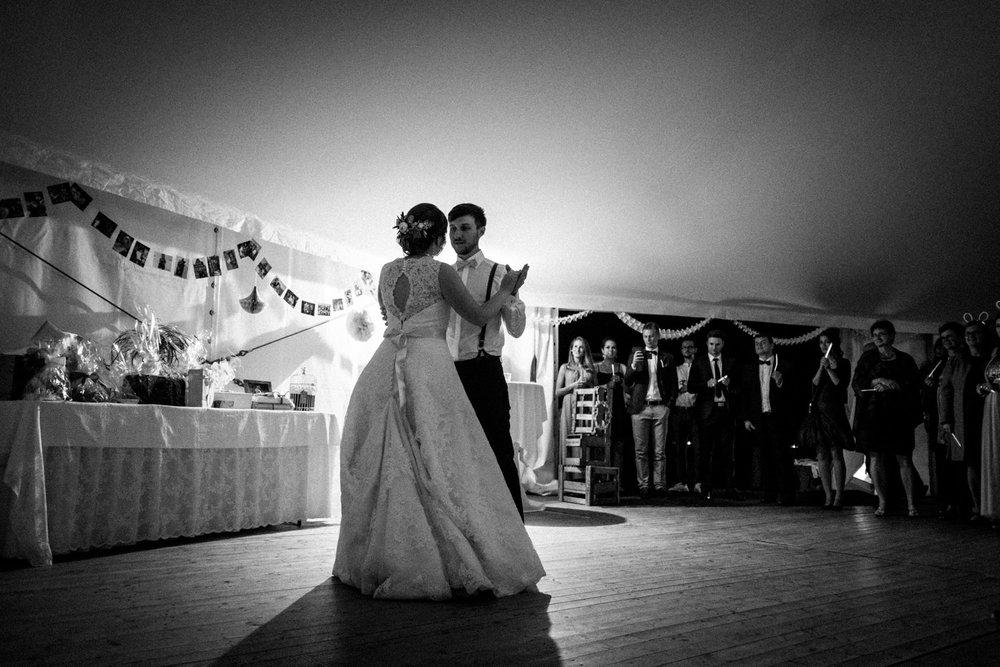 Zelthochzeit-Inspiration-Hochzeitsreportage-natürlich-Hessenhof-Coburg-Oberfranken-Aachen-Hochzeitsfotograf-Kevin Biberbach-KEVIN Fotografie-Junebug-Hochzeitswahn-146.jpg