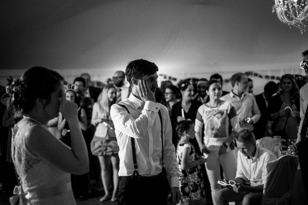 Zelthochzeit-Inspiration-Hochzeitsreportage-natürlich-Hessenhof-Coburg-Oberfranken-Aachen-Hochzeitsfotograf-Kevin Biberbach-KEVIN Fotografie-Junebug-Hochzeitswahn-150.jpg