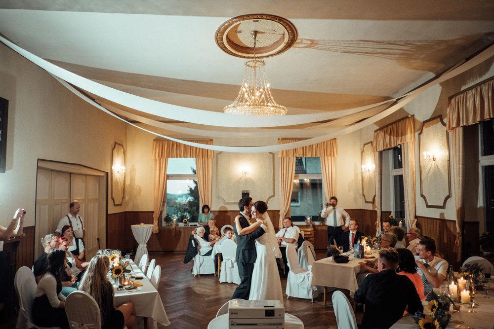 Hochzeitsfoto-Hochzeitsreportage-Neustadt bei Coburg-Oberfranken-Bayern-Hochzeitsfotograf-Kevin Biberbach-KEVIN Fotografie-Fujifilm-Hochzeitswahn-114.jpg
