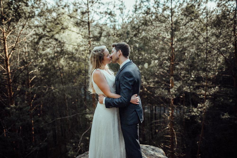 Elopement-After Wedding Shooting-Hochzeitsreportage-Böhmische Schweiz-Sächsische Schweiz-Inspiration-Hochzeitsfotograf-Aachen-Kevin Biberbach-KEVIN Fotografie-Fujifilm-Hochzeitswahn-Hochzeit-38.jpg
