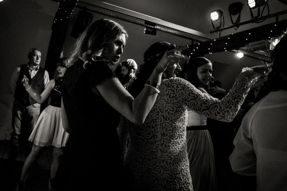 Hochzeitsfotos-Aachen-Hochzeitsfotograf-Aachen-Köln-NRW-Bonn-Top-Hochzeitsfotografen-Reportage-Gleichgeschlechtlich-Winterhochzeit-Kevin Biberbach-KEVIN Fotografie-193.jpg