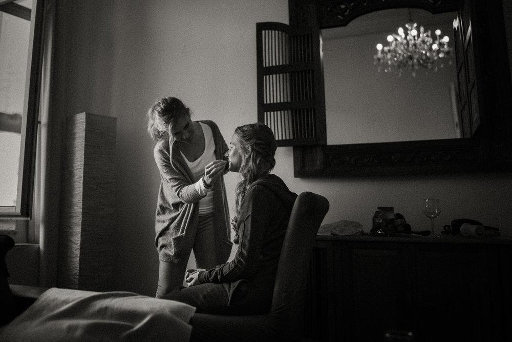 Make-up beim Getting-Ready der wunderschönen Braut am Hochzeitstag