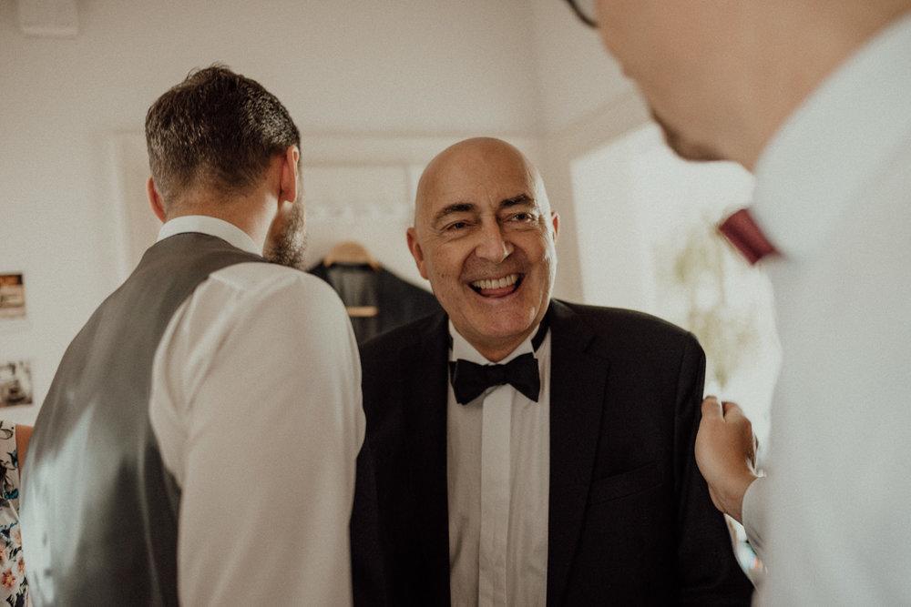 Stolzer Papa holt den Bräutigam für die Zeremonie ab