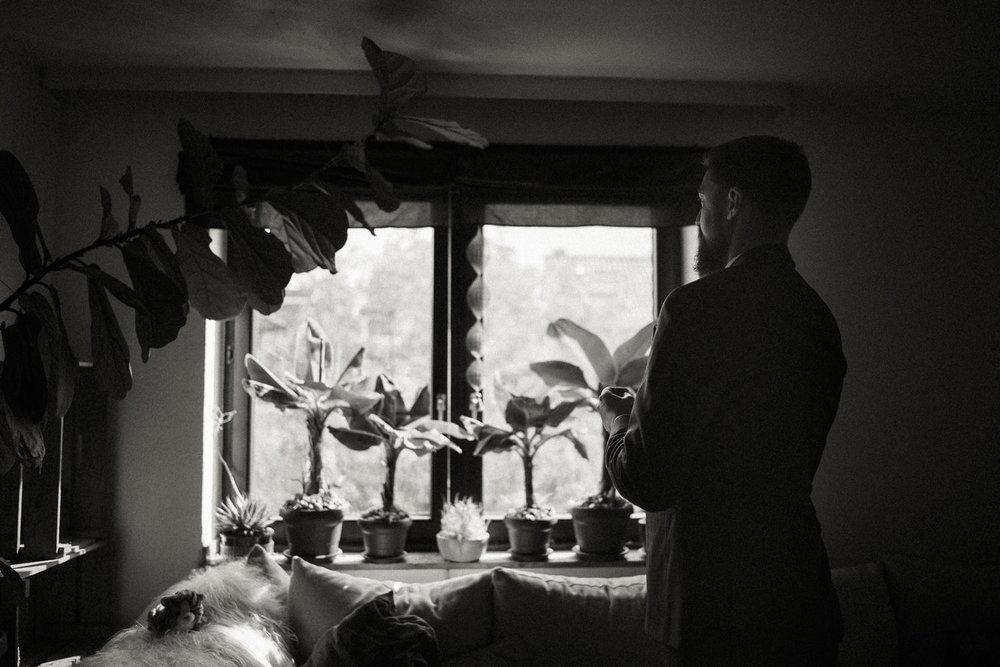 Bräutigam genießt einen ruhigen Moment vor der Hochzeits-Zeremonie
