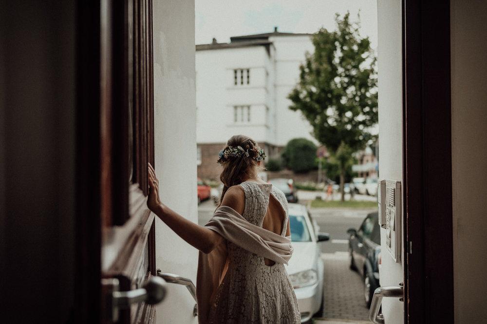Braut auf dem Weg zur Zeremonie
