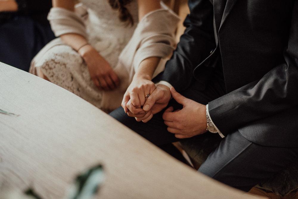 Händchenhalten während der Zeremonie im Standesamt