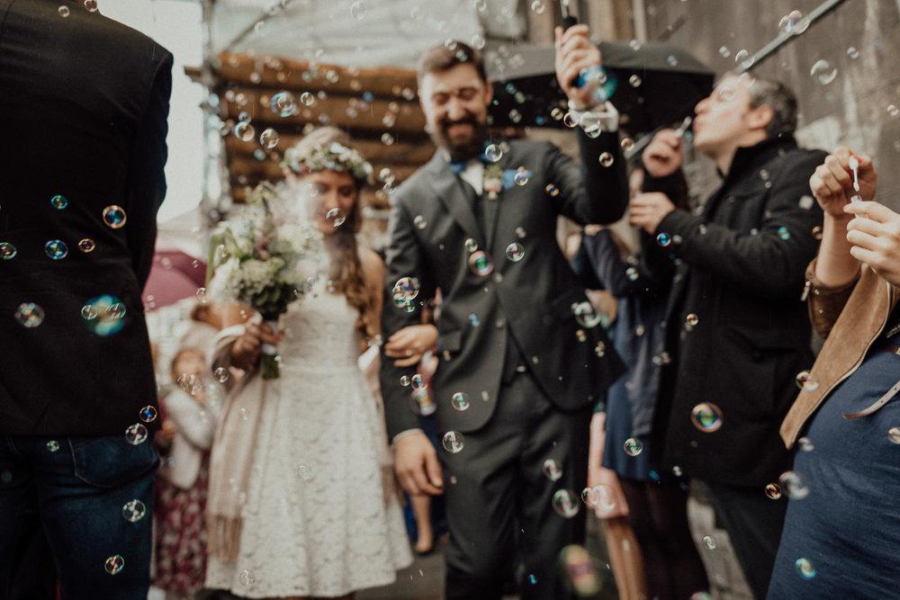 Hochzeitsreportage-NRW-Waldhochzeit-Lua Pauline-Aachen-Hochzeitsfotograf-freie Trauung-Köln-NRW-Bonn-Top-Hochzeitsfotografen-natürliche Bilder-Heiraten im Grünen-Kevin Biberbach-KEVIN Fotografie-036.jpg