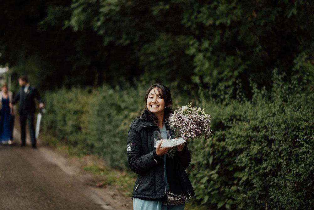Freundin der Braut auf dem Weg zur Hochzeitsfeier in Aachen