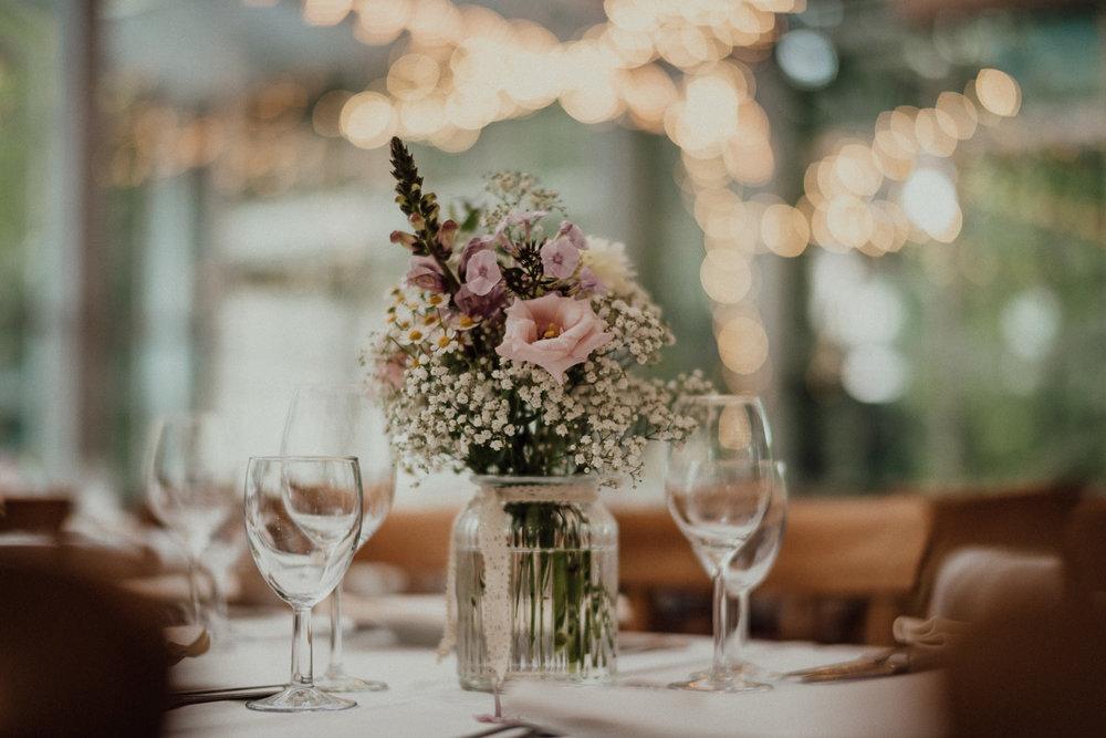 Wunderschön natürlicher Blumenstrauß als Hochzeitsdekoration im Lua Pauline, Aachen
