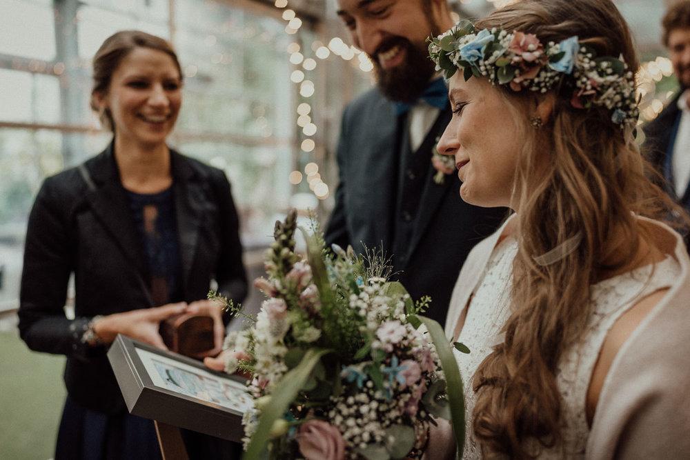 Gerührtes Brautpaar nimmt die tollen Hochzeitsgeschenke der Hochzeitsgäste im Lua Pauline in Aachen entgegen