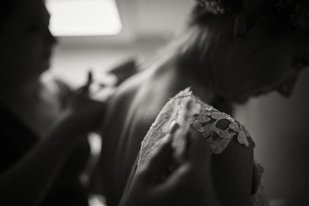 Hochzeitsreportage-NRW-Waldhochzeit-Lua Pauline-Aachen-Hochzeitsfotograf-freie Trauung-Köln-NRW-Bonn-Top-Hochzeitsfotografen-natürliche Bilder-Heiraten im Grünen-Kevin Biberbach-KEVIN Fotografie-060.jpg