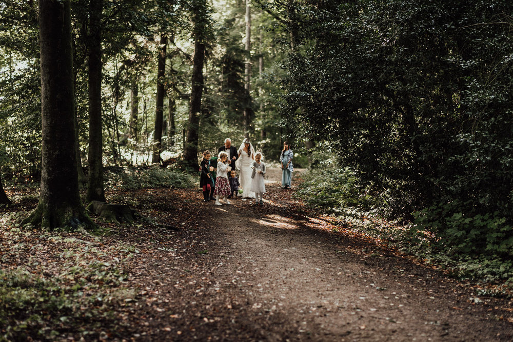 Stolzer Vater führt die Braut zur freien Hochzeit im Wald nahe Köln