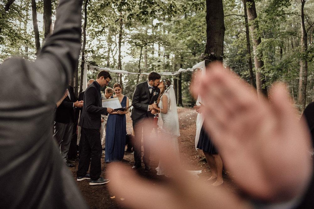 First Kiss nach der freien Trauung im Wald nahe dem Lua Pauline bei Aachen/Köln