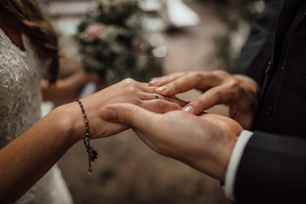 Hochzeitsreportage-NRW-Waldhochzeit-Lua Pauline-Aachen-Hochzeitsfotograf-freie Trauung-Köln-NRW-Bonn-Top-Hochzeitsfotografen-natürliche Bilder-Heiraten im Grünen-Kevin Biberbach-KEVIN Fotografie-079.jpg