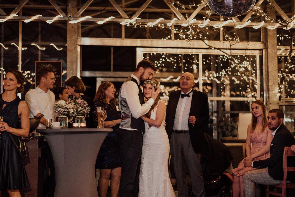 Hochzeitsreportage-NRW-Waldhochzeit-Lua Pauline-Aachen-Hochzeitsfotograf-freie Trauung-Köln-NRW-Bonn-Top-Hochzeitsfotografen-natürliche Bilder-Heiraten im Grünen-Kevin Biberbach-KEVIN Fotografie-124.jpg