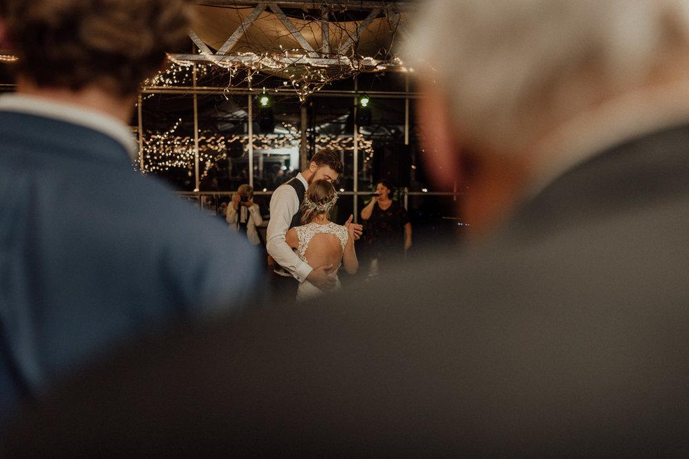 Hochzeitsreportage-NRW-Waldhochzeit-Lua Pauline-Aachen-Hochzeitsfotograf-freie Trauung-Köln-NRW-Bonn-Top-Hochzeitsfotografen-natürliche Bilder-Heiraten im Grünen-Kevin Biberbach-KEVIN Fotografie-126.jpg