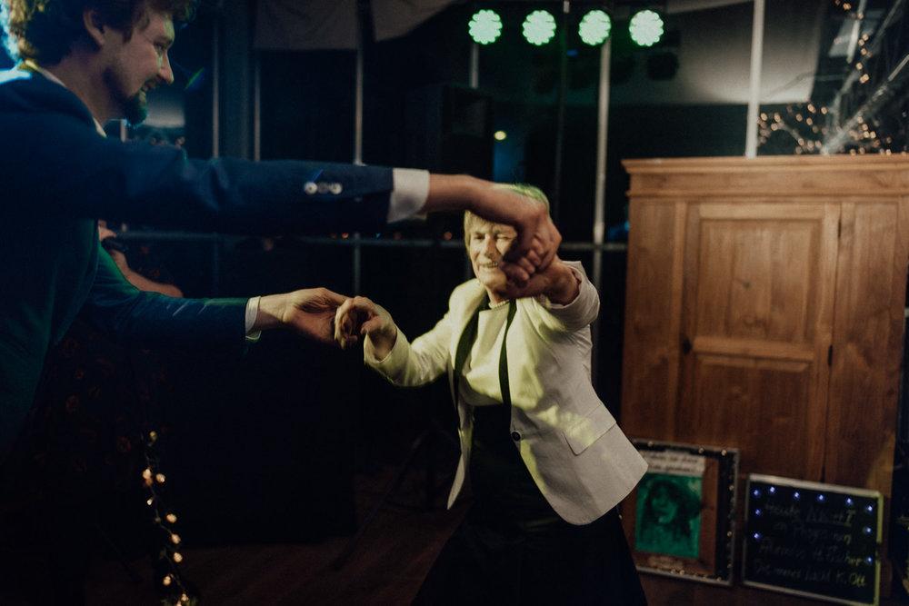 Hochzeitsreportage-NRW-Waldhochzeit-Lua Pauline-Aachen-Hochzeitsfotograf-freie Trauung-Köln-NRW-Bonn-Top-Hochzeitsfotografen-natürliche Bilder-Heiraten im Grünen-Kevin Biberbach-KEVIN Fotografie-128.jpg