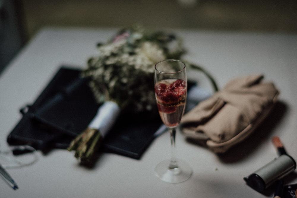 Die wunderschönen kleinen Details inklusive tollem Brautstrauß der Waldhochzeit und freien Trauung nahe dem Lua Pauline, Aachen