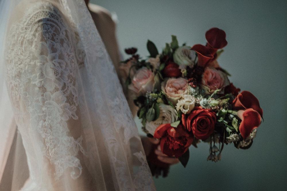 Hochzeitsfotograf Köln Kevin Biberbach - Fine Art Wedding Photography - Artistic Storytelling NRW - Hochzeitsfotos NRW - Portrait der Braut mit Blumenstrauß - Rittergut Orr.jpg
