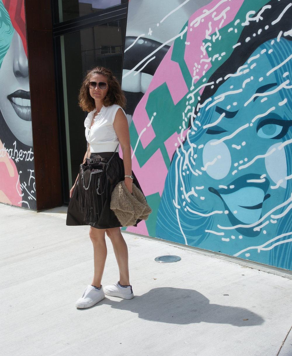 ÜBER MICH - In Österreich geboren und aufgewachsen, absolvierte ich das Mode College Herbststraße in Wien. Dies gab mir den Hintergrund und die Grundlage für das Design und das Nähen. Im Central St Martins und dem Royal College of Fashion in London habe ich die Präsentation von Kleidungsstücken durch Kurse für persönliches Styling, Farbberatung und Modedesign weiter verfeinert. Ich lebe in London und erstelle mit meinem kleinen Team meine Kollektionen.