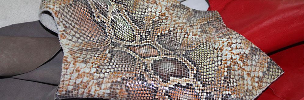 Wunderschöne Lederhäute wie dieser Snake Print warten im Lederlager auf den Zuschnitt.