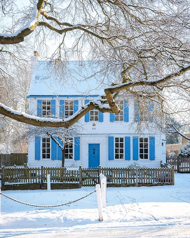 Snow's over, shows over, here ❄️ the obligatory snow picture on Tuesday morning, and probably the most photo'd house in Dulwich. #londonsnow  #dulwich #eastdulwich #southlondon #se22 #nikon #2470mm #colonialstyle #fx