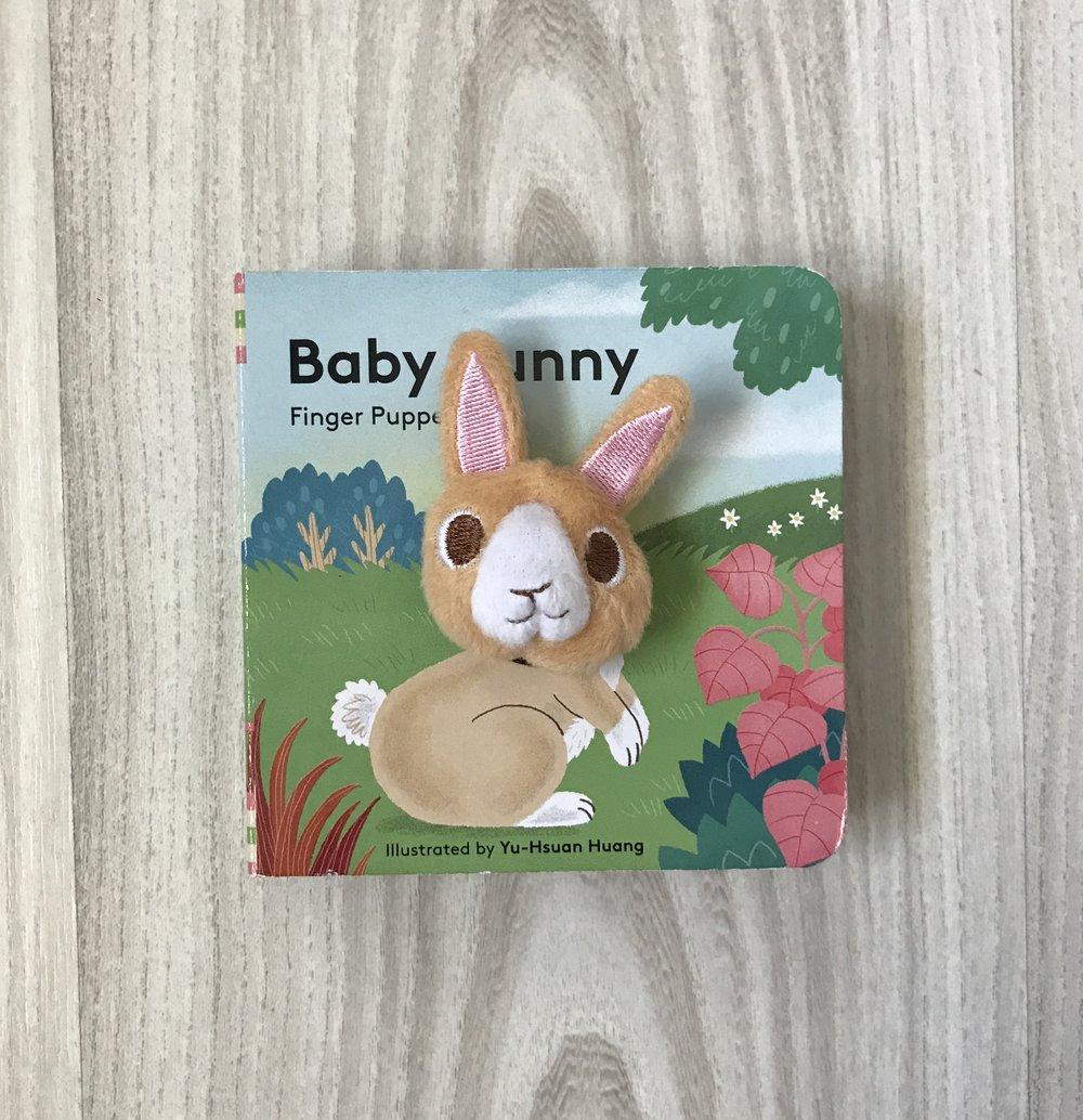 No puedo explicarles lo mucho que Alex disfruta esta serie de libros de Yu-Hsuan Huang, artista e ilustradora de Taiwán. Todos los libros de esta serie tienen títere adjunto que provee un momento de interacción que va más allá del pasar de las páginas, logrando captar la atención completa de Alex. En el caso de Baby Bunny, el conejito va explorando su mundo y somos testigos de diferentes momentos de su día a día, desde cómo saluda a otros conejitos, dónde duerme la siesta hasta cómo comparte con sus hermanos de manera desinteresada. Alex- ¡Qué bendición verte reír! ¡Qué bendición ver cómo crece tu amor por la lectura y lo mucho que disfrutas estos momentos! Puedes adquirirlo aquí
