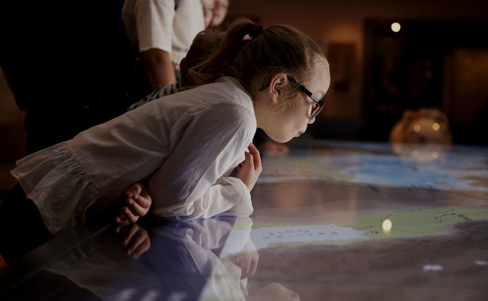 ANALYTICS   Welches Exponat besonders beliebt ist oder welche Orte Ihrer Ausstellung rege frequentiert sind, erfahren Sie über unsere Analysen. Mit  GUIDEPILOT  messen Sie  Besucherströme, Laufwege  und  Verweildauer , um weitere Ausstellungen oder Veranstaltungen besser Planen zu können.