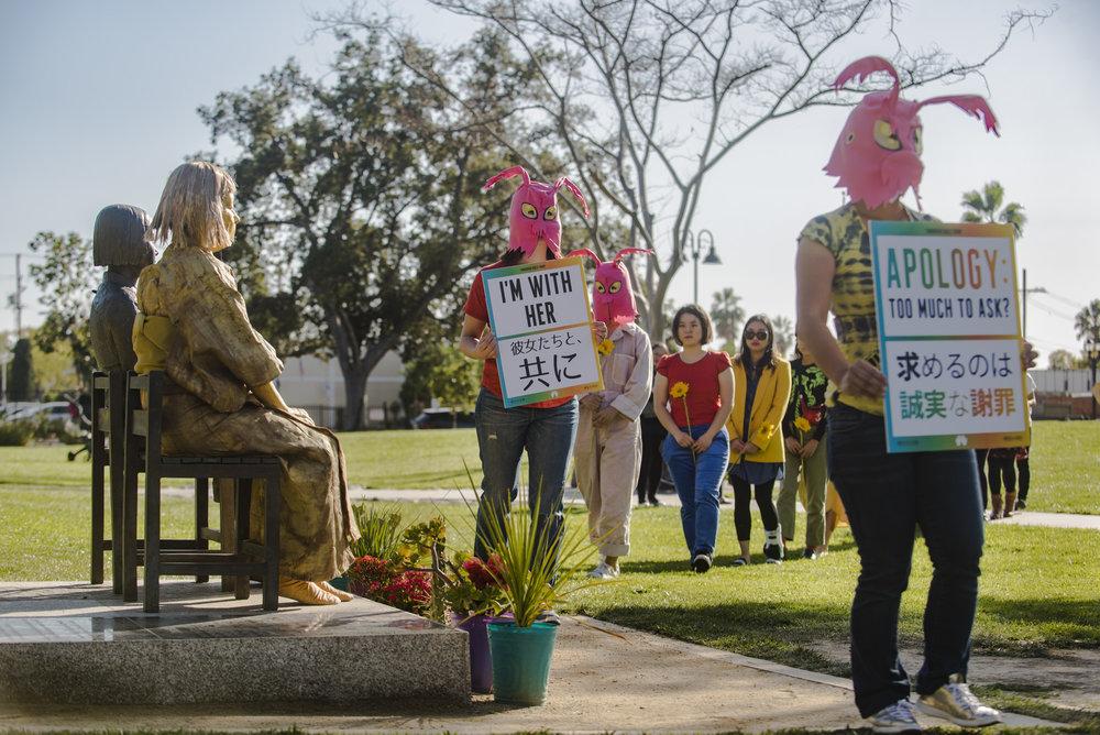 망각에의 저항  글렌데일의 평화의 기념비 (소녀상) 앞에서 일본의 페미니스트 미술가 시마다 요시코씨와 협업한 퍼포먼스 작품