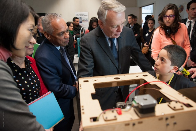 Fleur Pellerin and other politicians in a photo-shoot for the promotion of fablabs in France. The magical autonomy of 3D printers served as a frequent selling point