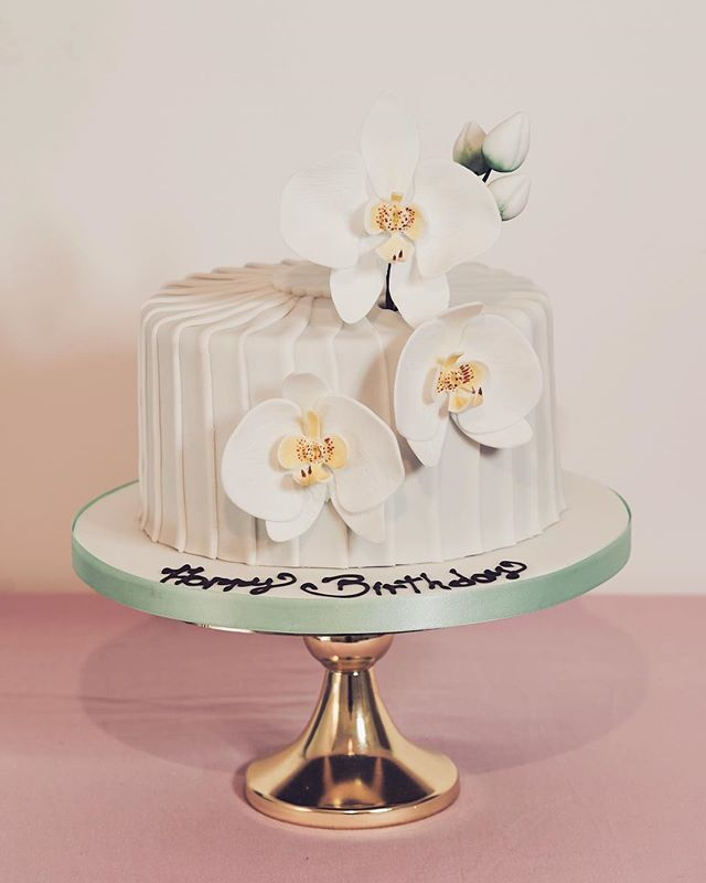 Sugar orchids to celebrate Linda's birthday 🎁  #sugarflowers #orchid #thepinkkitchen #otford #celebrationcakes #cakes #beautifulcakes #sugarart #luxurycakes #birthdaycake