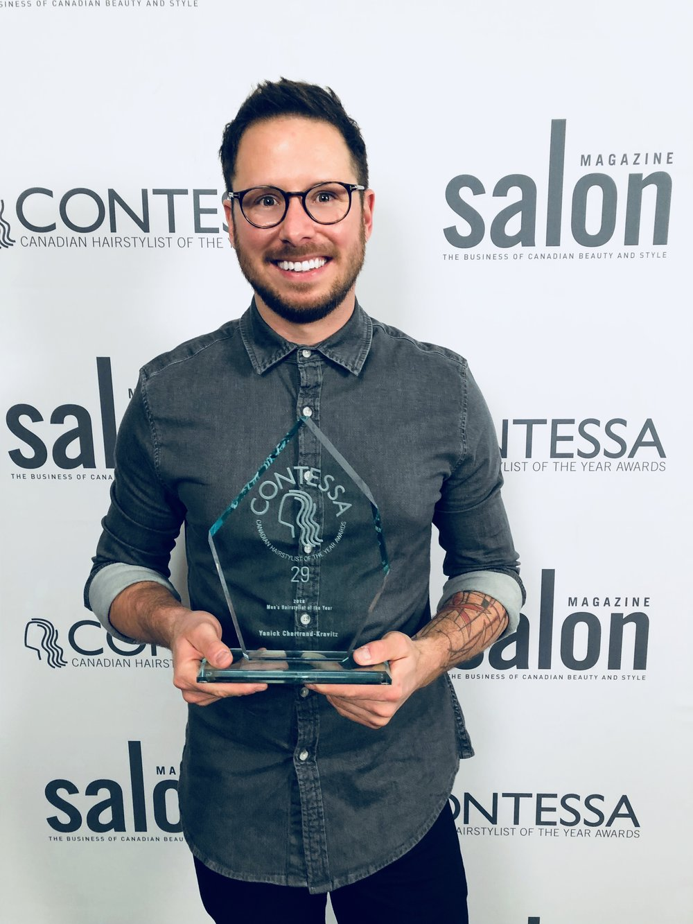 Yanick avec son prix du meilleur styliste, catégorie hommes