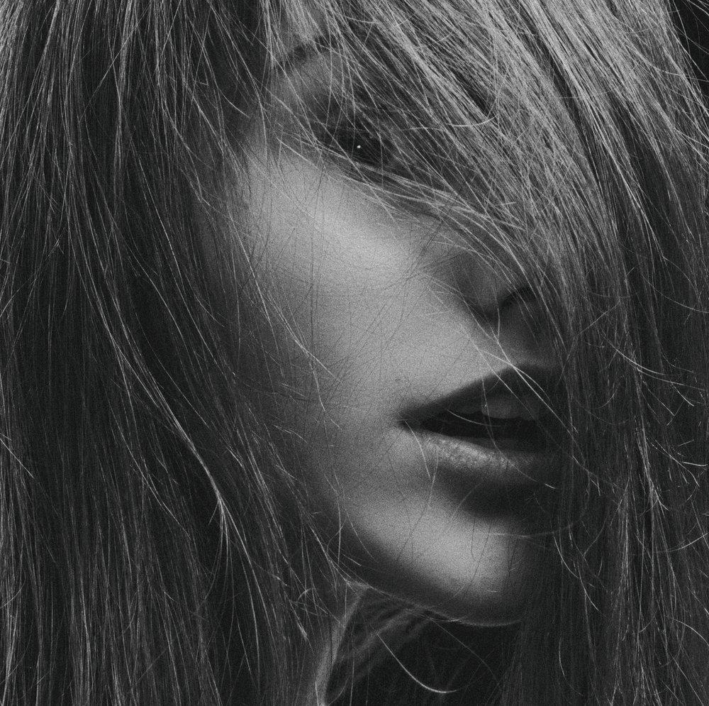 La coiffure est l'ultime indice pour savoir si une femme se connaît vraiment. - Hubert de Givenchy