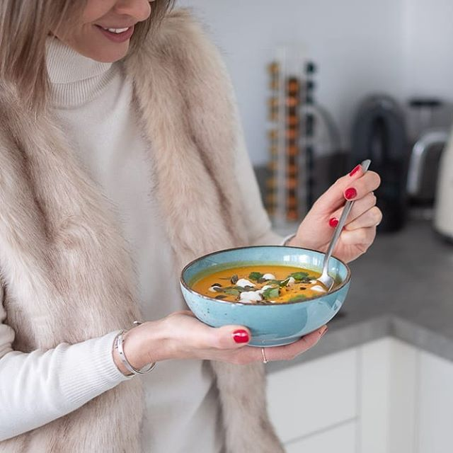 Is there anything more comforting than a bowl of homemade soup on a snowy day? I don't think so!  Tonight on the blog I'm sharing a nutritious yet simple recipe you need to try! It's packed with flu-fighting superfoods (some of them can be found on @naturalcompanyofficial ). Let me know if you try it, I loved seeing your recreations of my coconut bliss balls last weekend! 🤗😋 #WinterRecipe  _____________  #healthyliving #healthyeating #pumpkinsoup #healthyrecipe #winter #snowyday #belgianblog #belgianblogger #lifestyleblog