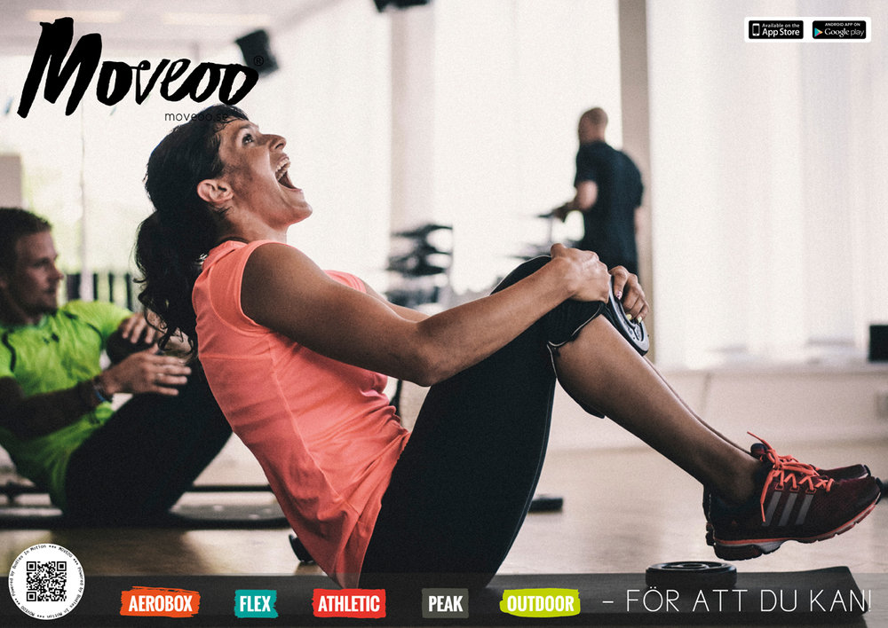 """Moveooinstruktör är en utbildning som främst vänder sig till dig som leder grupper på gym, föreningar och företag. Efter utbilningen har du det som krävs för att direkt börja leda grupper. Som utbildad kan du även välja att leda med våra konceptmallar utan kostnad. För dig som ska gå Moveooinstruktörsutbildning väntar en helg full av varierad träning som kommer av nya tankar kring ledarskap och hur man kan träna funktionellt och varierat med olika redskap. Utbildningen vänder sig främst till dig som vill utvecklas som instruktör och lära mer om en träningsform som är utmanande, tuff och samtidigt tillåtande och rolig. Är du en människa som är öppen för att läsa av grupper och individer och på så sätt skapa träning som är """"här och nu"""" kommer du gilla Moveoometoden. DELAR AV UTBILDNINGEN: Dag 1 ligger fokus på kraft, rörelse och kontroll. Balans och rörelsekontroll, tester- utförs med käppar och stora """"flexbollar"""". Rörelsestyrka, kraft- utförs med stänger och vikter. Moveoo, filosofi och metod. Du får ta del av MoveooFlex och MoveooAtletic Dag 2 ligger fokus på ledarskap. Press & dragträning, rotationer i balans- utförs bland annat med en vidareutvecklad boxning och unik parträning med gummiband. Käppfys, kontroll. Individuella, par och övningar med tre/tre. Du får ta del av MoveooAerobox och MoveooOutdoor. Passutveckling Framtidens ledarskap kan göra skillnad i samhället. 1-2 april Stockholm. Boka här! Vi håller utbildningen på kampsportstadion 10-11 juni Lund. Boka här! Vi håller utbildningen på Gerdahallen 16-17 september Stockholm. Boka här! Vi håller utbildningen på Concord Crossfit. Hantverkargatan 78 Boka 3 batala för 2 med rabattkod: 30årsvip (-1400kr per person)"""